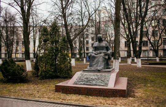 Памятник Николаю Гусовскому в Минске (у БГУ)