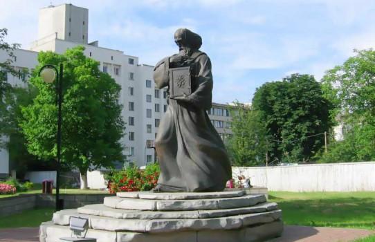 Памятник Кириллу Туровскому в Минске (у БГУ)