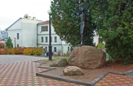 Скульптура «Девочка с совой» в Минске